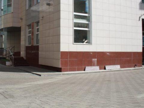 Территория здания офисного назначения. 1225 м²